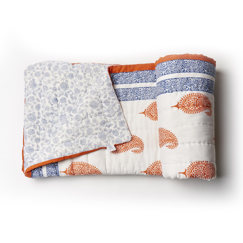 Acolchado liviano ideal para primavera y verano. Reversible, de algodón estampado a mano, azul y bermellón con 1 funda de almohada