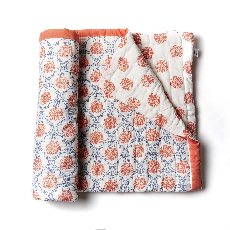 Acolchado liviano ideal para primavera y verano. Reversible, de algodón estampado a mano, rojo y azul con 1 funda de almohada