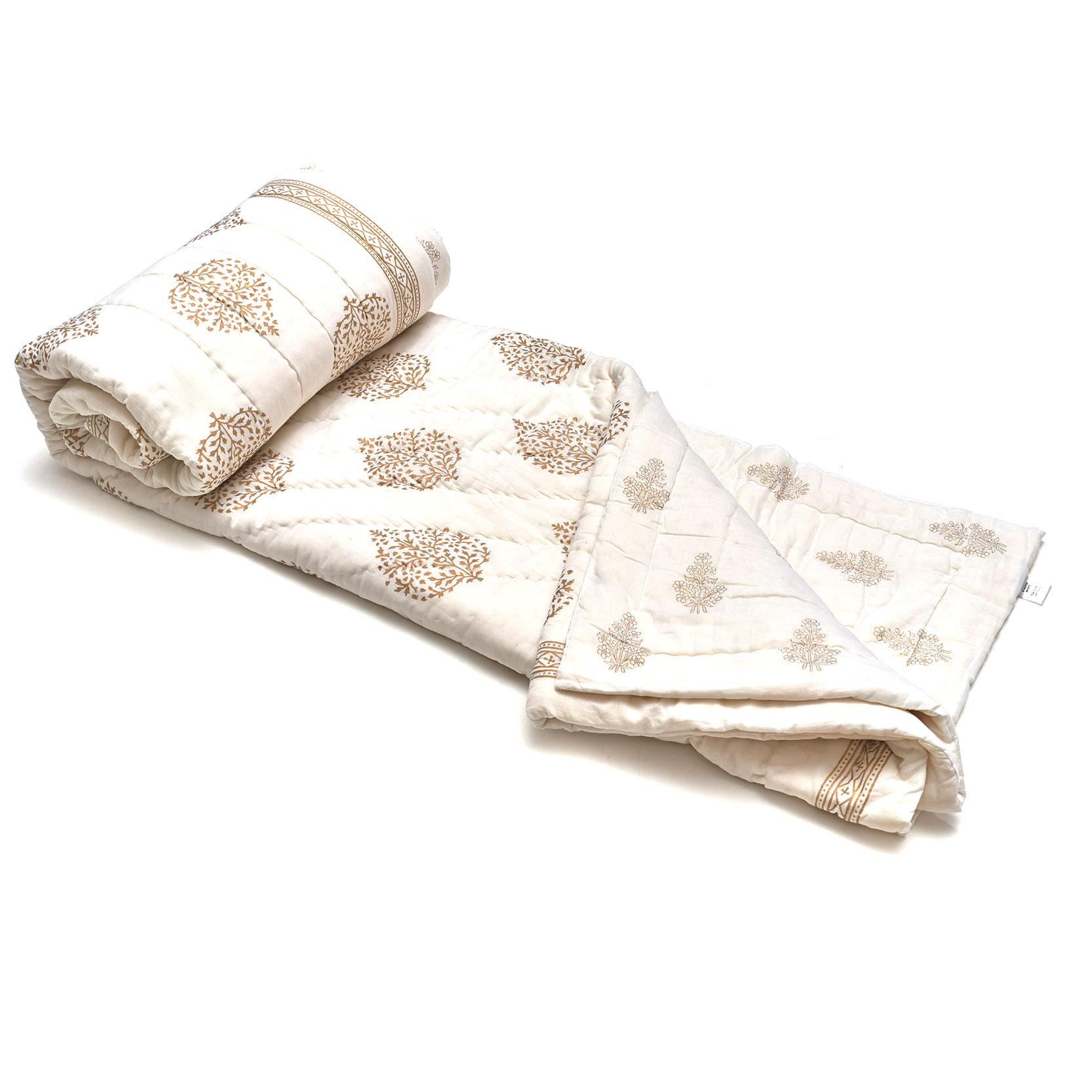 Acolchado liviano ideal para primavera y verano. Reversible, de algodón estampado a mano, dorado y blanco con 2 fundas de almohada