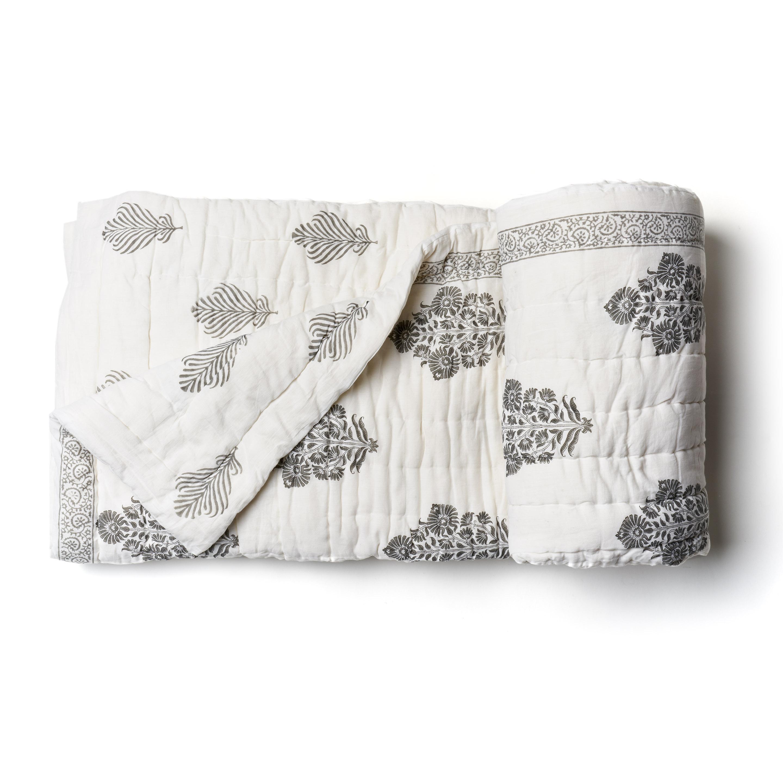Acolchado liviano ideal para primavera y verano. Reversible, de algodón estampado a mano, gris y blanco con 2 fundas de almohada