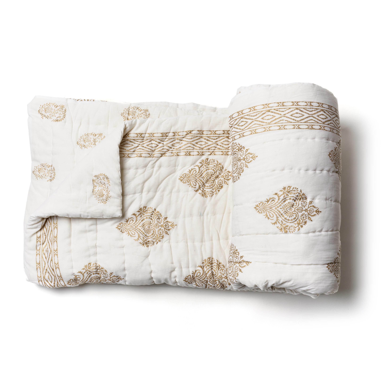 Acolchado liviano ideal para primavera y verano. Reversible, dorado y blanco, con 2 fundas de almohada