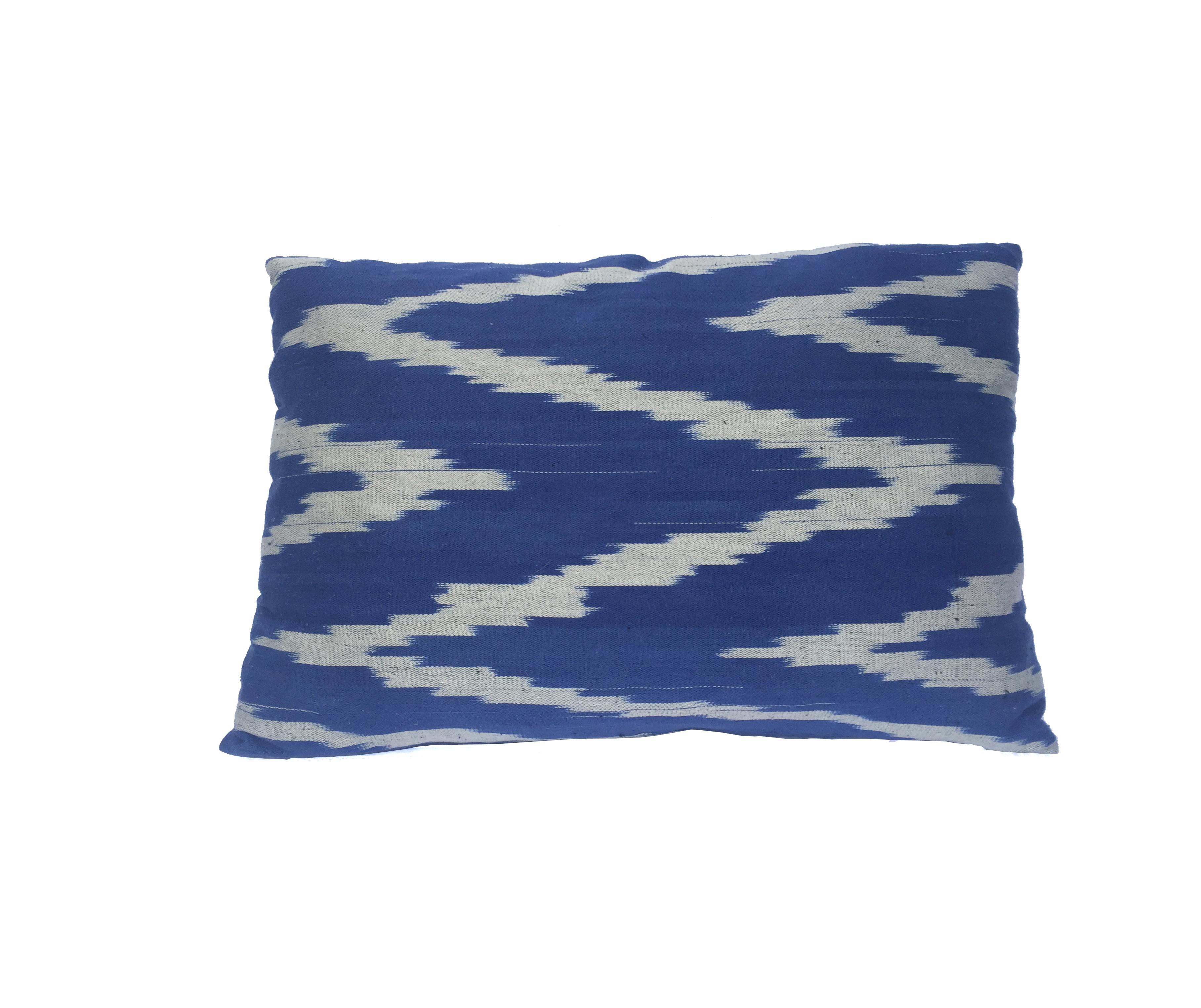 Almohadón Ikat de algodón azul y blanco
