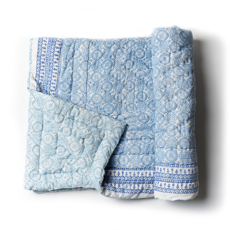 Acolchado liviano ideal para primavera y verano. Reversible, de algodón estampado a mano, celeste blanco y azul con 1funda de almohada